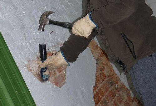 очистка стен или потолка от старой штукатурки